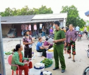 Công an xã Đồng Việt phát tờ rơi tuyên truyền về các thủ đoạn lừa đảo